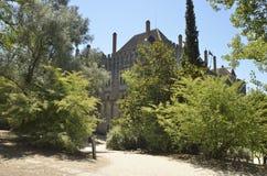 Väg bland träd till slotten Royaltyfria Bilder