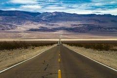 Väg in i Death Valley Arkivfoto