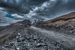 Väg i Himalayas med berg Arkivbilder