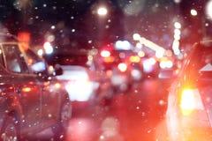 Väg i stad för snö för vinternatttrafikstockningar Fotografering för Bildbyråer