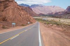 Väg längs Andean dalar Arkivbilder