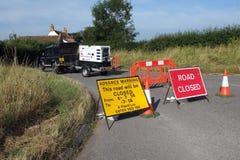 Väg stängt tecken och leverera lastbilen Arkivfoto