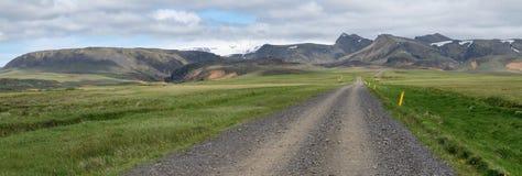 Väg till berg i Island Arkivfoto