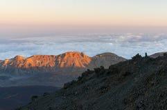 Vägar och stenig lava av vulkan Teide Arkivfoto