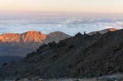 Vägar och stenig lava av vulkan Teide Arkivfoton