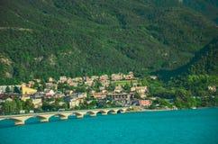 Vägbro över behållaren Gummilacka de Serre-Ponson i sydost av Frankrike på Durancefloden Provence fjällängarna Savines-le Royaltyfria Bilder