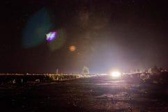 Vägen och den stjärnklara himlen Arkivfoton