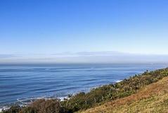 Vgetation i Odległa Nabrzeżna linia horyzontu oceanu i Błękitnej Zdjęcie Stock