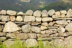 Vägg för torr sten med ingen mortel från nord av England i sjöområdesnationalparken Cumbria Arkivfoto