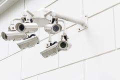 Vägg monterad bevakningkamera Arkivfoto
