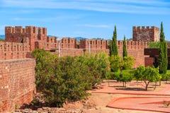 Väggar av den medeltida slotten i den Silves staden Royaltyfria Foton