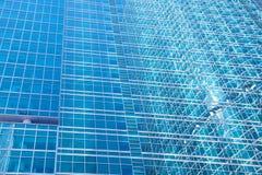 Väggar av en skyskrapa - abstrakt stads- bakgrund Royaltyfri Bild