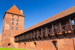 Väggen och tornen av den Malbork slotten Arkivfoto