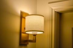 Vägglampa i skugga Arkivbilder