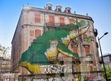 Väggmålning på en byggnad i Lissabon Royaltyfri Fotografi