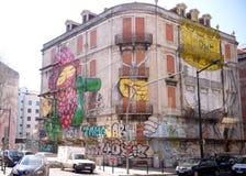 Väggmålning på en byggnad i Lissabon Arkivfoto