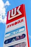 Vägleda tecknet som indikeras priset av bränslet på bensinstationen L Royaltyfria Bilder