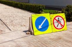 Vägmärken på under-konstruktionstrottoaren Arkivfoto