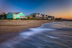 Vågor i Atlanticet Ocean och de beachfront hemmen på soluppgång, Edi Arkivfoton