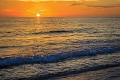 Vågor på solnedgången Royaltyfria Bilder