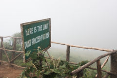 Vägvisare på kulleklippan Royaltyfria Bilder