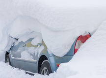 Véhicule couvert de grande neige Images libres de droits