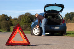 Véhicule décomposé avec la triangle d'avertissement rouge Photo stock