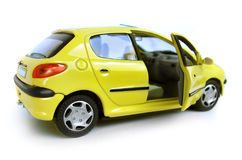 Véhicule modèle jaune - berline avec hayon arrière. Trappe droite ouverte Photos libres de droits