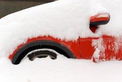 Véhicule rouge en hiver Photo stock