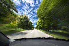Véhicule sur la route avec la tache floue de mouvement Photographie stock libre de droits