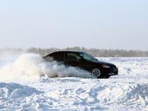 Véhicule sur la route de l'hiver. Photographie stock