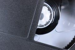 VHS把宏观特写镜头,大详细的黑减速火箭的录影带卡式磁带背景, epmty空白的葡萄酒拷贝空间录音 免版税库存照片