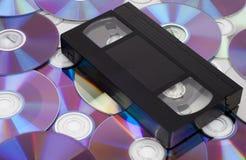 vhs компактного диска против стоковые фотографии rf