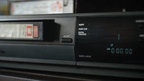 VHS-cassette die van videocassetterecorder uitwerpen stock videobeelden