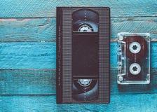 VHS, cassette sonore sur une table en bois bleue Rétro technolo de médias photos libres de droits