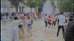 VHS-het effect van de bandfilm over vrolijke trotspartij in openbare fontein stock footage