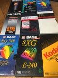 VHS-Videokassetten, viele Marken sind erkennbar stockbild
