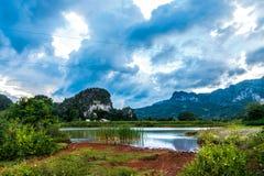 Viñales谷视图在古巴 与湖的虚幻的自然,山,树,野生生物 Gorgeus天空 库存图片