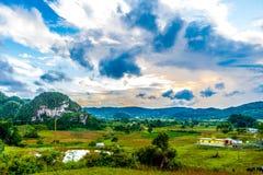 Viñales谷视图在古巴 与湖的虚幻的自然,山,树,野生生物 Gorgeus天空 免版税库存图片