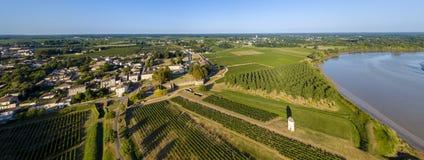 Viñedo de Burdeos de la visión aérea y río de Garona imagenes de archivo