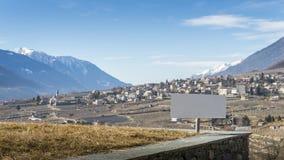 Viñedos de desatención de la muestra en blanco sobre Sondrio, una ciudad italiana y el comune situados en el corazón del vitícola fotografía de archivo libre de regalías