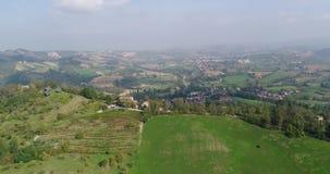 Viñedos en una ladera en Italia, casa en una colina entre los viñedos, filas de viñedos en una ladera, antena, cabaña almacen de video
