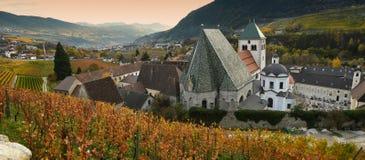 Viñedos hermosos en la abadía de Novacella, el Tyrol del sur, Bressanone, Italia El monasterio regular de los canones agustinos d Foto de archivo