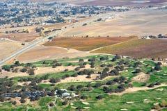 Viñedos vistos de un aeroplano - colores asombrosos de la caída de Paso Robles del otoño con Hunter Ranch Golf Course Fotografía de archivo