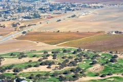 Viñedos vistos de un aeroplano - colores asombrosos de la caída de Paso Robles del otoño con Hunter Ranch Golf Course Fotografía de archivo libre de regalías