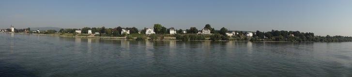 Viñedos y chalets a lo largo del Rhin - panorama arrebatador Fotografía de archivo