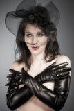 Viúva. Senhora elegante no conjunto elegante do couture de haute com um fasc Foto de Stock