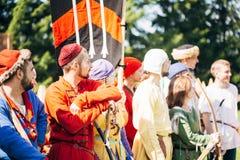 VI中世纪文化节日的战士参加者  免版税图库摄影