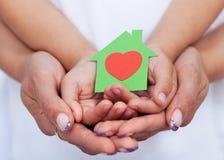 Vi älskar vårt gröna begreppshus Royaltyfria Foton