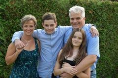 Vi är en lycklig familj, fadermodern och två tonåringar arkivbilder